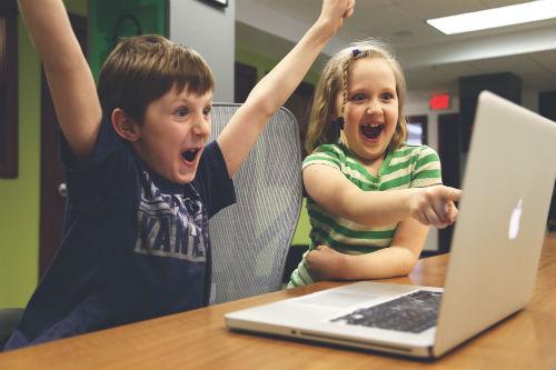 Glada barn vid dator 500x333