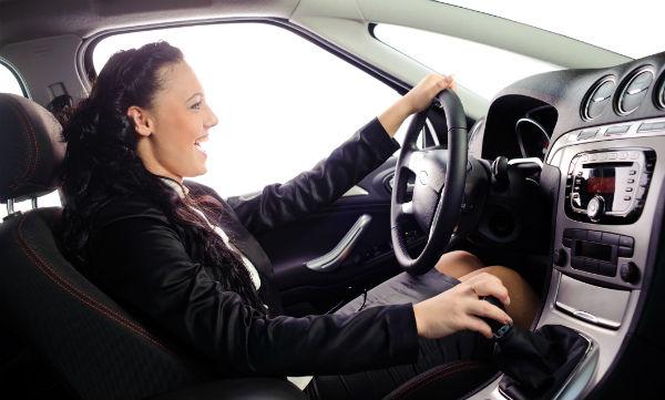 kvinna-i-bil-600x361