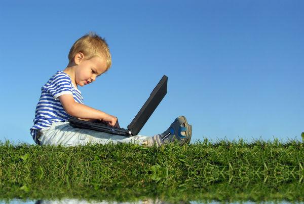 Barn med laptop 600x402