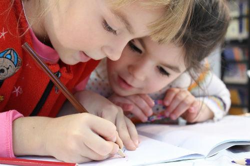 Barn skriver 500x333