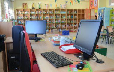 bild med datorer, bokhylla